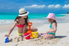 Little cute girl and mother building sandcastle at Stock Photography