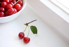 Little fattar med två Cherry Arkivfoto