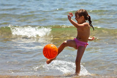 The little girl on the beach hit Royalty Free Stock Photography