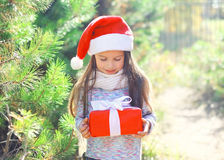 Little girl child in christmas santa hat with gift box Stock Photography
