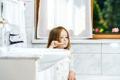 Little girl cleaning the teeth Royalty Free Stock Photos