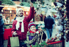 Little girl with dad buying decorations for Xmas Royalty Free Stock Photos