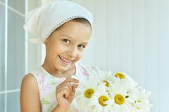 Little girl with dasies flowers Royalty Free Stock Photography