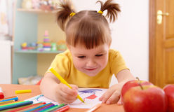 Little girl draws with felt-tip pen Royalty Free Stock Photos