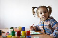 Little girl draws paint in the room Royalty Free Stock Photos