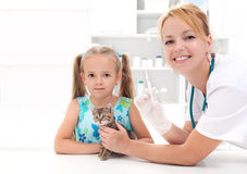 Little girl and his kitten at the veterinary Royalty Free Stock Photos