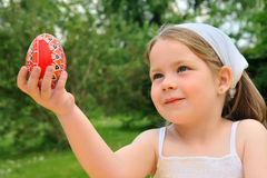Little girl holding Easter egg Stock Photography