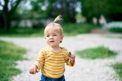 Free Little Girl Holds A Pine Cone In Her Hand Stock Photography - 221470002
