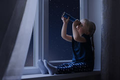Little girl looking at the sky full of stars.  Royalty Free Stock Photos