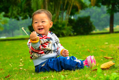 The little girl playing s.viridis alone(Asia, China, Chinese) Royalty Free Stock Images