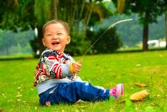 The little girl playing s.viridis alone(Asia, China, Chinese) Royalty Free Stock Photos