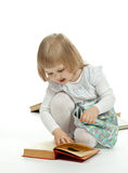 A little girl reading a book Royalty Free Stock Images
