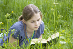 A little girl reading a book outdoor Royalty Free Stock Photography