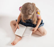 Little girl reading a book Royalty Free Stock Photos