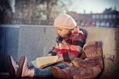 Little girl reads the book Royalty Free Stock Photos