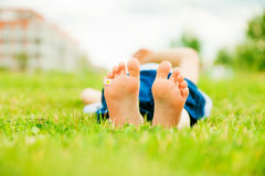 Little Girl`s Feet With Daisy Flower Stock Photography