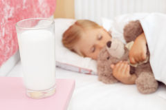 Little girl sleeping in bed with her teddy bear Royalty Free Stock Photos