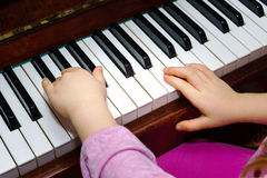Little girl studing to play the piano Royalty Free Stock Images