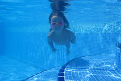 Little girl swimming under water Royalty Free Stock Photos