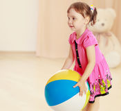 The little girl throws the ball Stock Photography