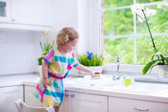 Little girl washing dishes Royalty Free Stock Photos