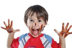 Little gullig unge med choklad Arkivfoton