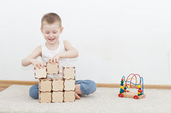 Little kid is building tower Royalty Free Stock Photography