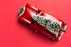 Free Little Red Vintage Car Carrying A Christmas Tree On Top Royalty Free Stock Images - 163130069