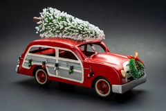 Free Little Red Vintage Car Carrying A Christmas Tree On Top Royalty Free Stock Photos - 163587828