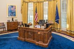 Little Rock, AR/USA - circa febbraio 2016: Tabella in replica dell'ufficio ovale della Casa Bianca in Bill Clinton Presidential C Fotografia Stock