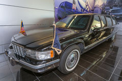 Little Rock AR/USA - circa Februari 2016: Kopia av den presidents- limousineet i William J Clinton Presidential Center och arkiv Royaltyfri Fotografi
