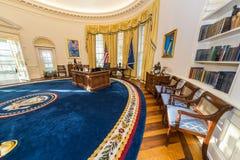 Little Rock AR/USA - circa Februari 2016: Kopia av Vita Huset ovala kontor i Bill Clinton Presidential Center och arkiv Royaltyfri Foto