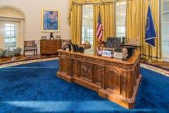 Little Rock AR/USA - circa Februari 2016: Kopia av Vita Huset ovala kontor i Bill Clinton Presidential Center och arkiv Arkivfoto
