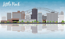Little Rock horisont med Grey Building, blå himmel och reflexioner royaltyfri illustrationer