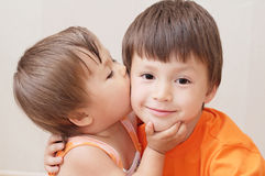 Little sister kissing older brother Royalty Free Stock Images