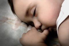Little som är gullig, behandla som ett barn att sova Royaltyfri Bild
