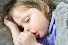 Little som är gullig, behandla som ett barn att sova 免版税库存图片