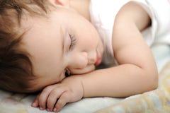 Little som är gullig, behandla som ett barn att sova Arkivbild