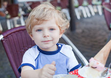 Little toddler boy eating ice cream in summer Stock Photography