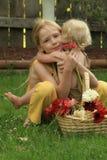 Littlin con la hermana imagen de archivo