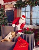 Littlle som sover flickan och Santa Claus som ser henne Royaltyfri Bild