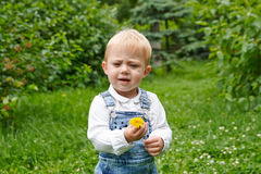 Littlr-Baby im Park Stockfotografie