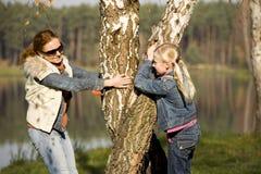 Littlt Mädchen mit ihrer Mutter Lizenzfreies Stockfoto