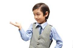 Littly-Junge, der sich leere Hand zeigt lizenzfreie stockfotografie