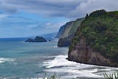 Littoral à la plage de sable de noir de Polulu, grande île, Hawaï images libres de droits