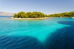 Littoral étonnant avec la lagune bleue sur l'île de Hvar, Dalmatie, Croatie photos stock