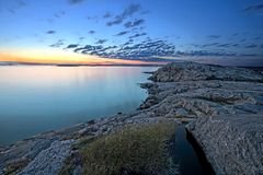 littoral au-dessus de coucher du soleil rocheux Photos libres de droits