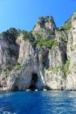 Littoral avec des grottes, île de Capri - Italie Photo stock