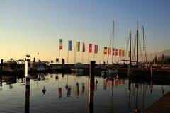 Littoral avec des mâts de drapeau et des bateaux Photos stock