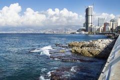 Littoral avec la piscine naturelle à Beyrouth avec le cityview un jour ensoleillé, Liban photos stock